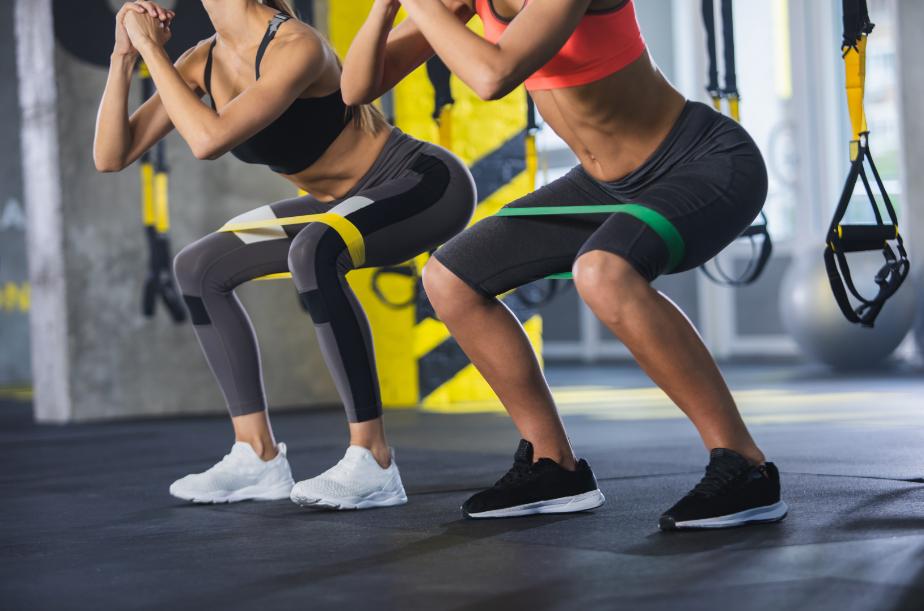 Os exercícios para glúteos realizados de forma constante garantem desenvolvimento, hipertrofia e tonificação de toda a região, além de outros benefícios.